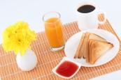 pan-tostadas-con-mermelada-un-vaso-de-jugo-de-naranja-objeto_3325367